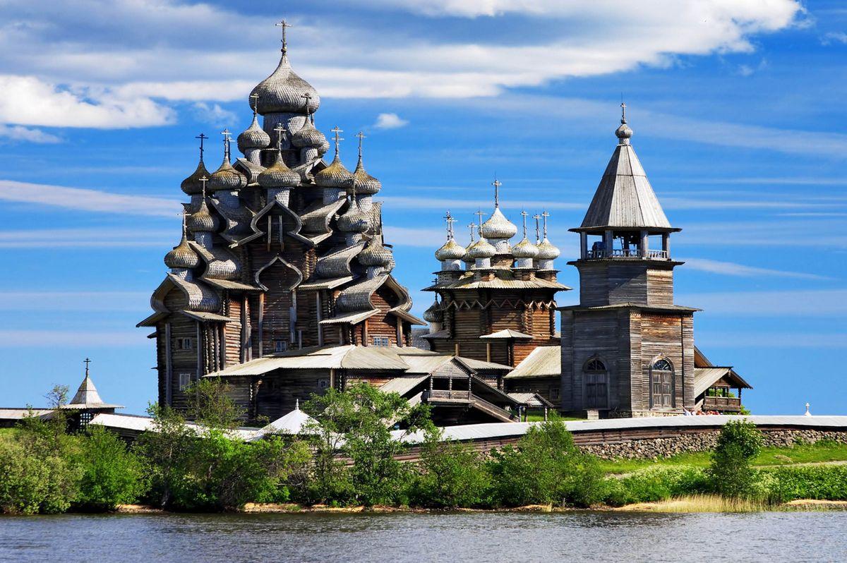 Остров Кижи с деревянными церквями